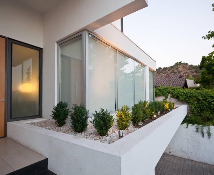 Fachada: Casas unifamiliares de estilo  por [ER+] Arquitectura y Construcción