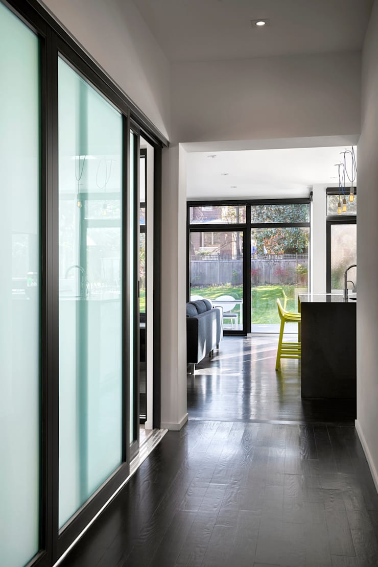 Back 2 Back:  Corridor & hallway by KUBE Architecture, Modern