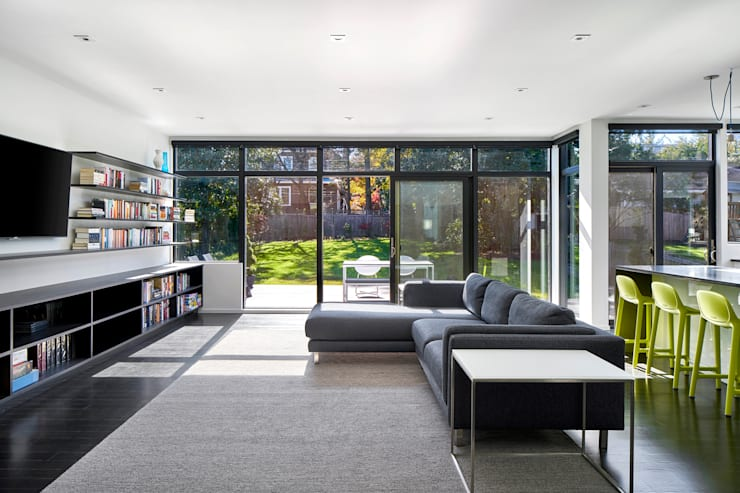 Back 2 Back:  Living room by KUBE Architecture, Modern