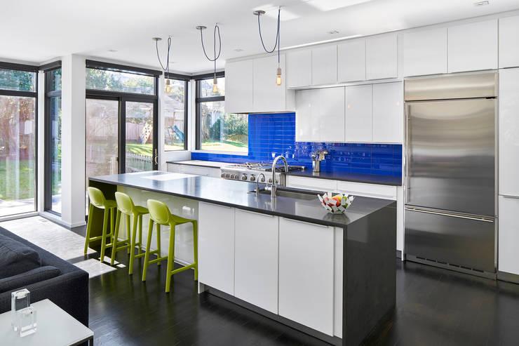 Back 2 Back:  Kitchen by KUBE Architecture, Modern