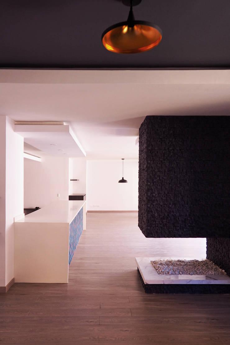 Vista de estudio y salón : Cocina de estilo  por HS2E Arquitectura,