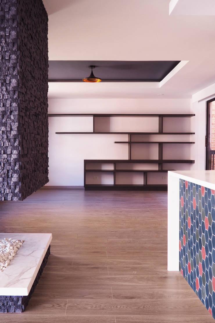 Vista de estudio - mueble biblioteca: Estudio de estilo  por HS2E Arquitectura,