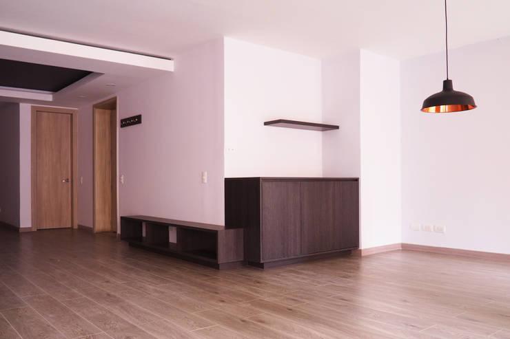 Mueble bar bifé y acceso : Vestíbulos, pasillos y escaleras de estilo  por HS2E Arquitectura,