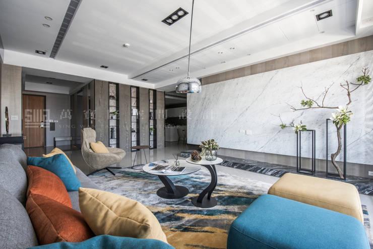 台邦建設-悅世界/丰悅煙景:  客廳 by SING萬寶隆空間設計,