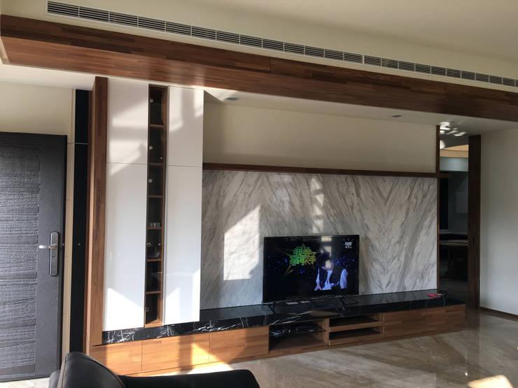 電視牆:  客廳 by houseda,