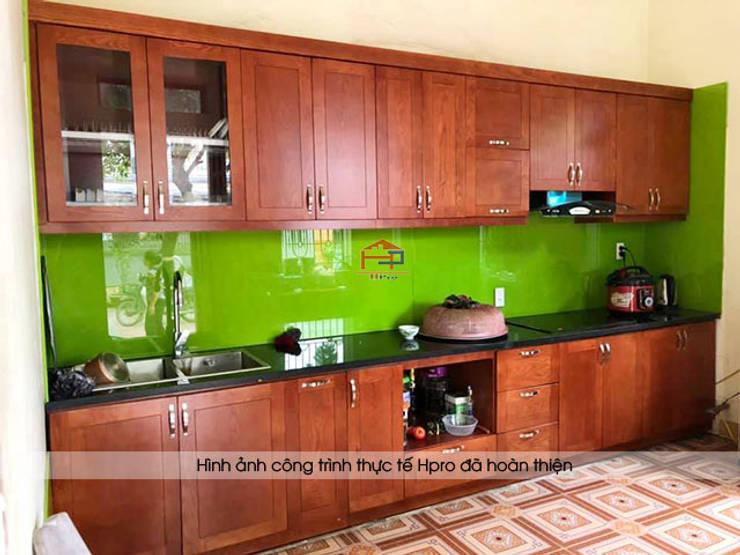 Hình ảnh thực tế bộ tủ bếp gỗ xoan đào tự nhiên nhà chú Ước ở Thường Tín:  Kitchen by Nội thất Hpro