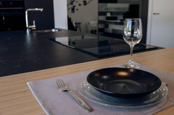 Showroom: Estudios y despachos de estilo  de MADERAJE   Ebanisteria gourmet, Moderno