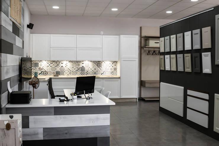 Showroom: Estudios y despachos de estilo  de MADERAJE   Ebanisteria gourmet, Industrial