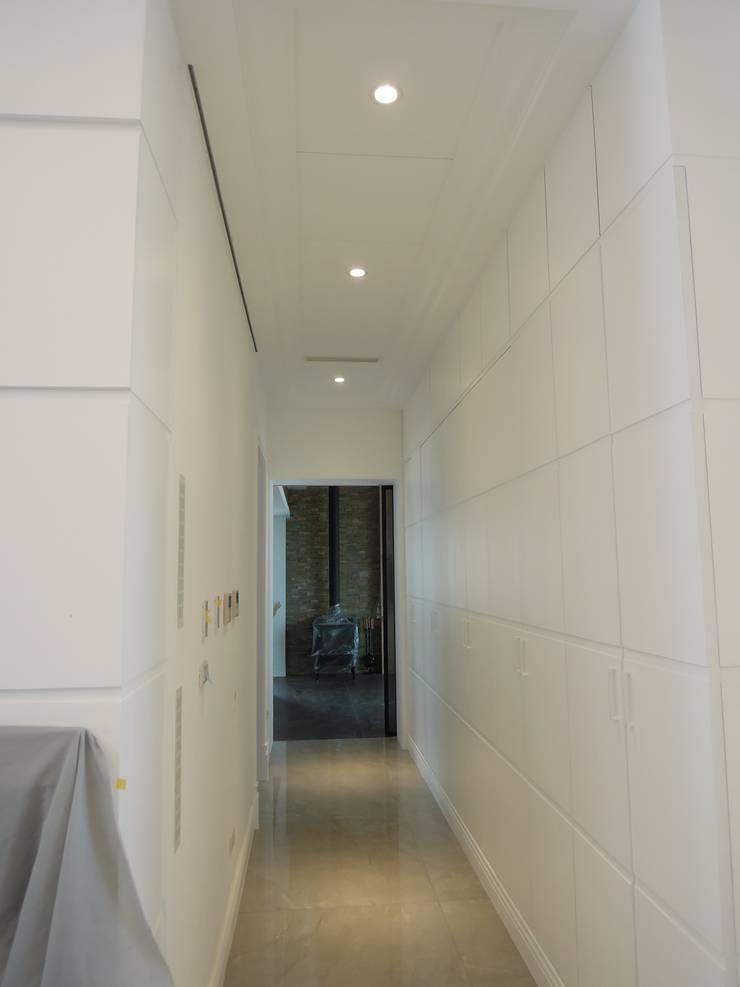 走道 Country style corridor, hallway& stairs by houseda Country Plywood