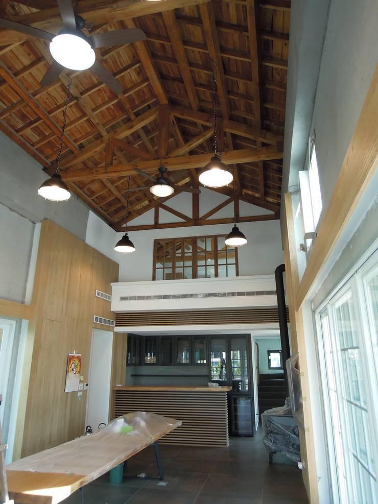 交誼廳 by houseda Country Wood Wood effect