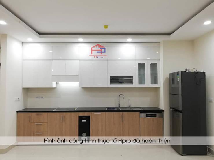 Hình ảnh thực tế bộ tủ bếp gỗ acrylic kết hợp laminate hình chữ I nhà chú Long - Tố Hữu:  Kitchen by Nội thất Hpro