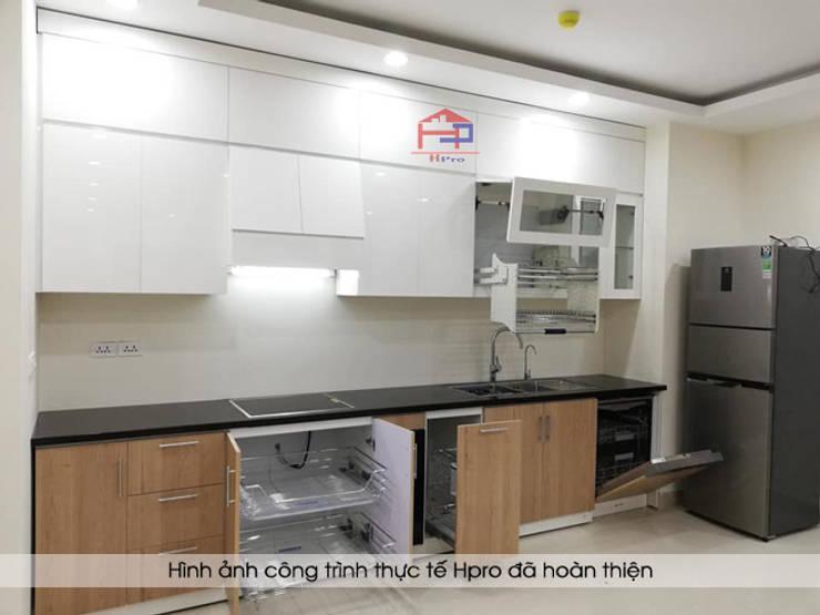 Hình ảnh thực tế bộ tủ bếp acrylic kết hợp laminate hiện đại nhà chú Long - Tố Hữu:  Kitchen by Nội thất Hpro