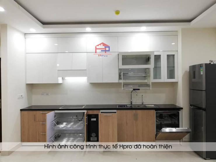 Ảnh chụp thực tế mẫu tủ bếp acrylic kết hợp laminate nhà chú Long - Tố Hữu:  Kitchen by Nội thất Hpro