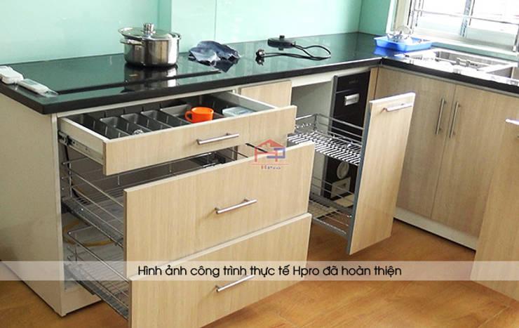 Hình ảnh thực tế bộ tủ bếp acrylic chữ L nhà cô Tâm - Chùa Bộc:  Kitchen by Nội thất Hpro