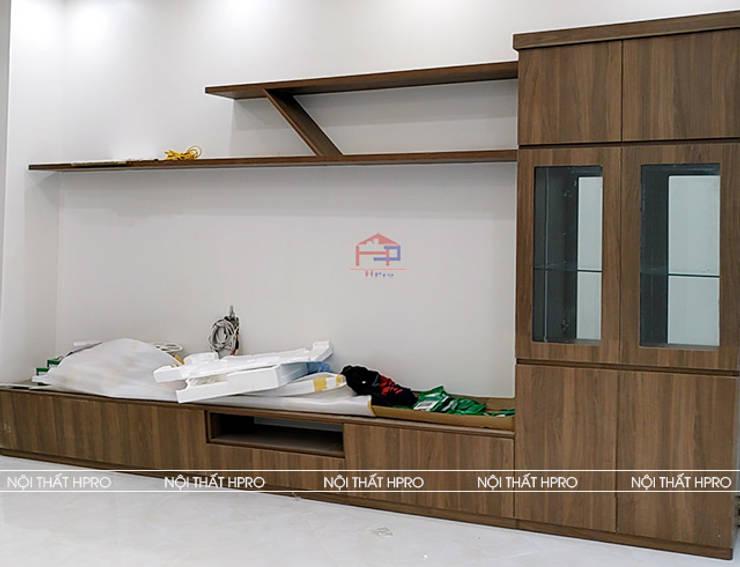 Hình ảnh thực tế kệ tivi cùng tủ trang trí gỗ melamine nhà anh Hòa - Lạng Sơn:  Living room by Nội thất Hpro