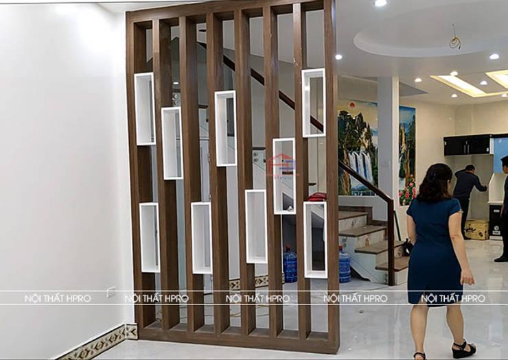 Hình ảnh thực tế vách ngăn trang trí phòng khách và nhà bếp nhà anh Hòa - Lạng Sơn:  Living room by Nội thất Hpro