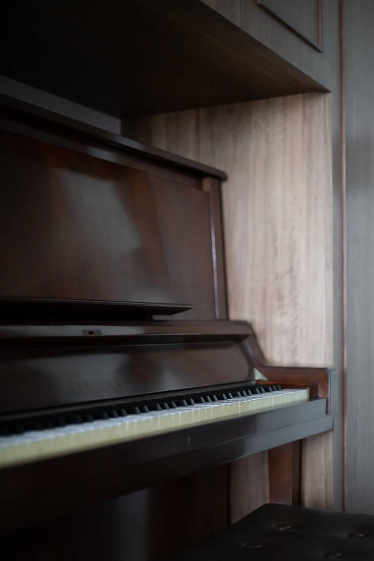 Mr. H案 | 鋼琴櫃:  走廊 & 玄關 by 有隅空間規劃所,