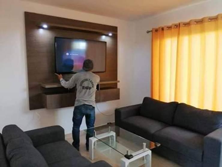 Centro tv aereo: Centros de exhibición de estilo  por Decoraciones y acabados RADP, Moderno Tablero DM