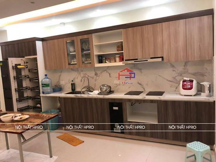 Hình ảnh thực tế bộ tủ bếp laminate màu vân gỗ nhà chú Tuấn - Nguyễn Sơn:  Kitchen by Nội thất Hpro,