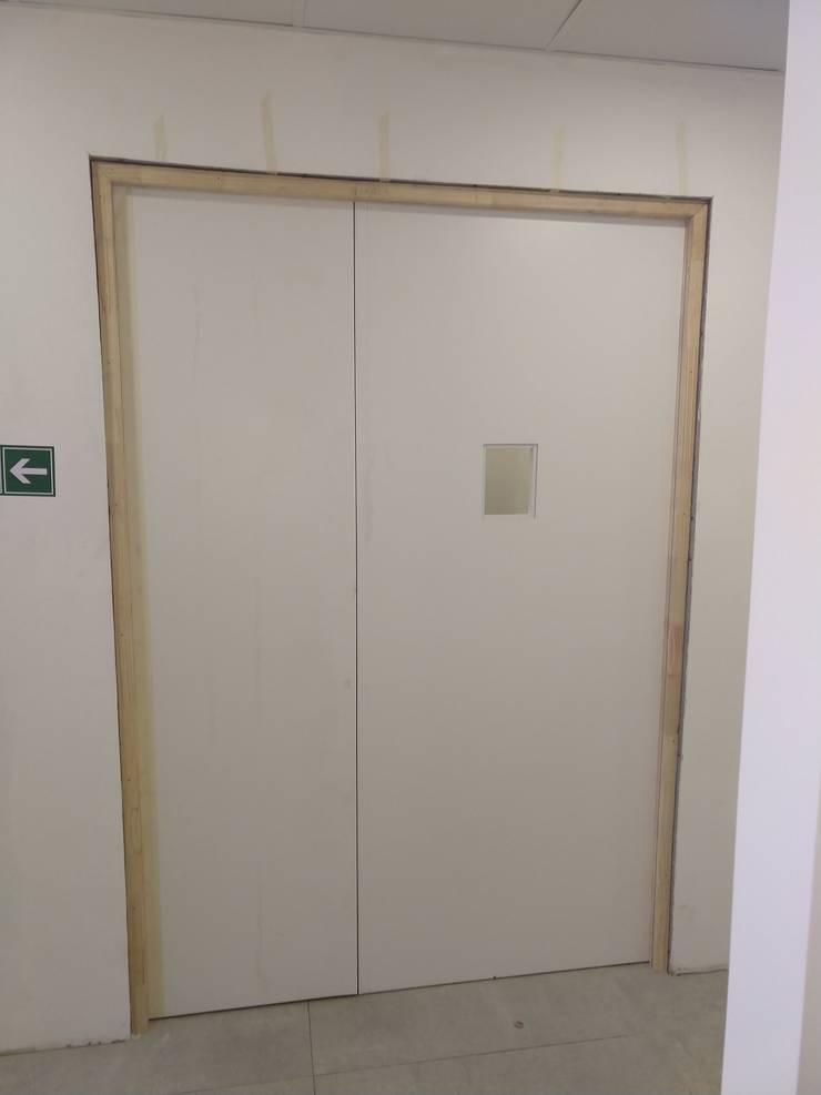 Instalación de Puertas: Puertas de entrada de estilo  por N&V diseño y construcción