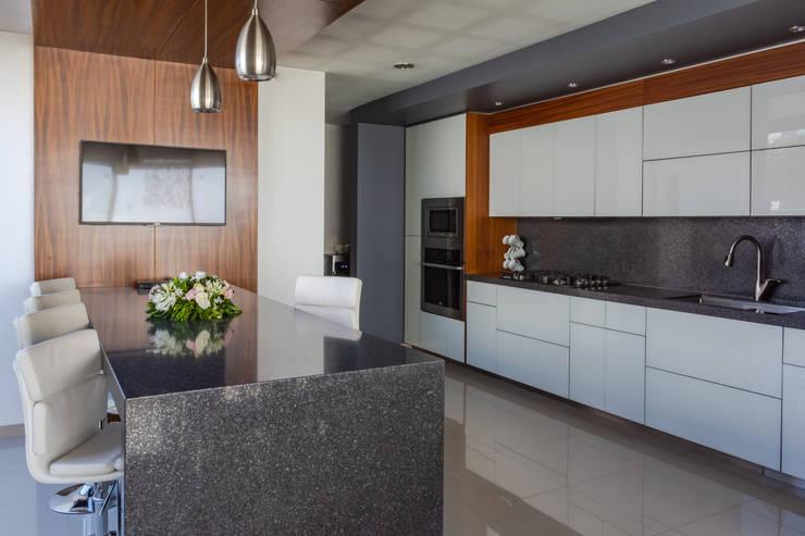 COCINA: Cocinas equipadas de estilo  por GENETICA ARQ STUDIO, Moderno Granito