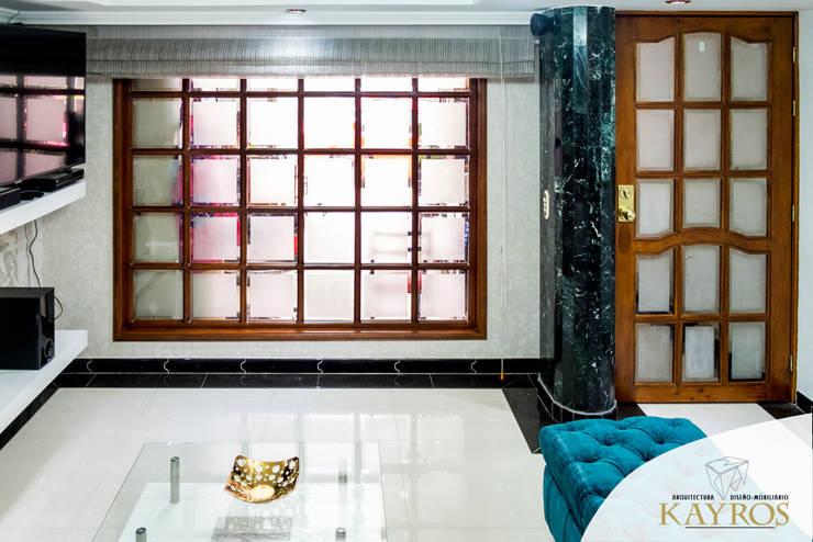 Madera: Sala multimedia de estilo  por KAYROS ARQUITECTURA DISEÑO INTERIOR,