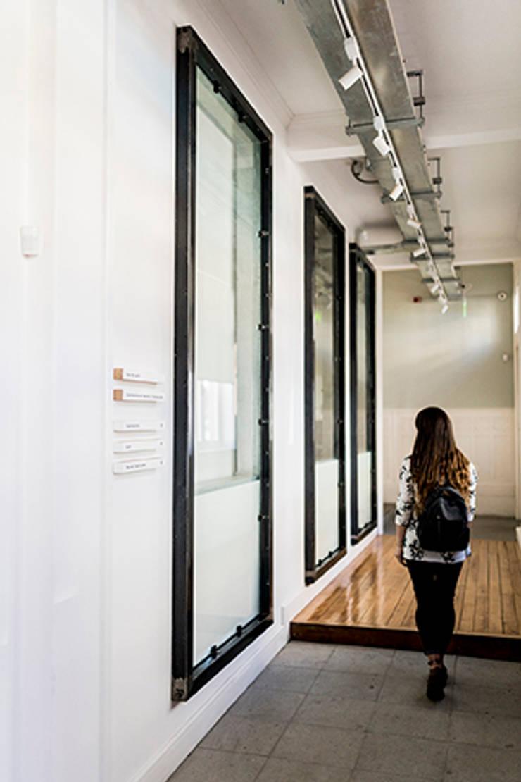 Vidrieras para mostrar la historia de la Casa Holzapfel: Centros de exhibiciones de estilo  por Intarq SpA