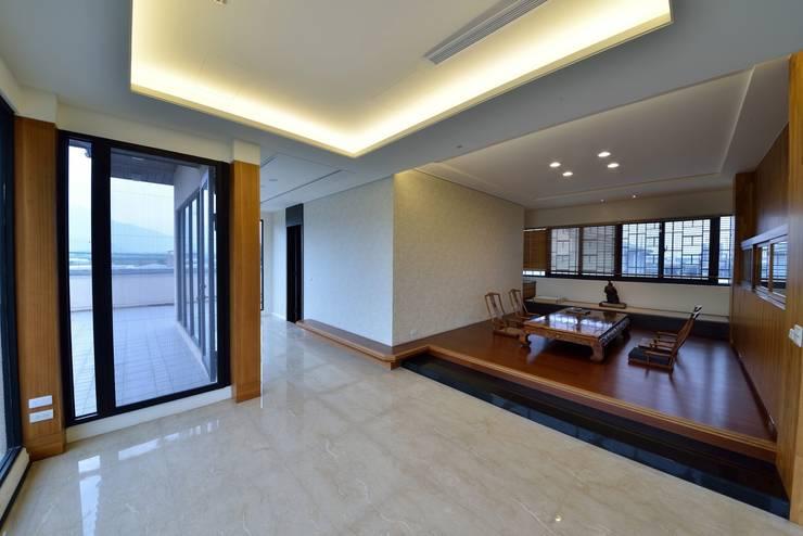 位於三樓的起居室:  室內景觀 by 台中室內建築師|利程室內外裝飾 LICHENG,