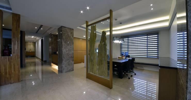 玻璃屏風分劃出通道與用餐空間:  室內景觀 by 台中室內建築師|利程室內外裝飾 LICHENG,