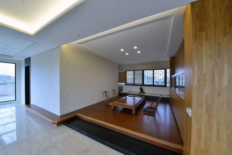 起居室左方為一客房:  地板 by 台中室內建築師|利程室內外裝飾 LICHENG,