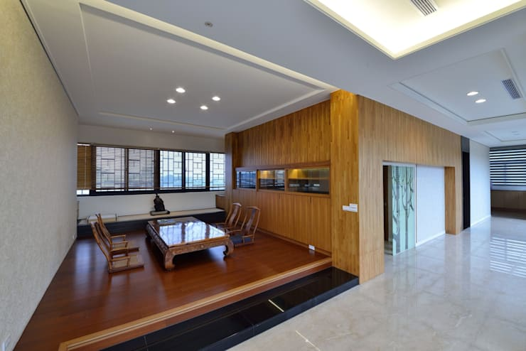 樹木樣式的玻璃拉門隱藏了通往二樓的樓梯空間:  樓梯 by 台中室內建築師|利程室內外裝飾 LICHENG,