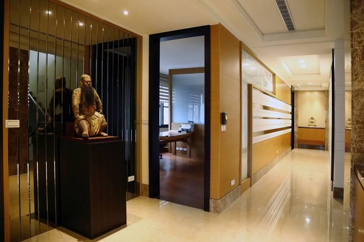 玻璃造型的走廊牆後是男孩房:  走廊 & 玄關 by 台中室內建築師|利程室內外裝飾 LICHENG,
