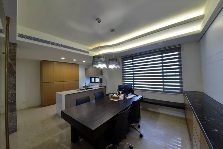 二樓的用餐空間也能當作書房使用:  餐廳 by 台中室內建築師|利程室內外裝飾 LICHENG,