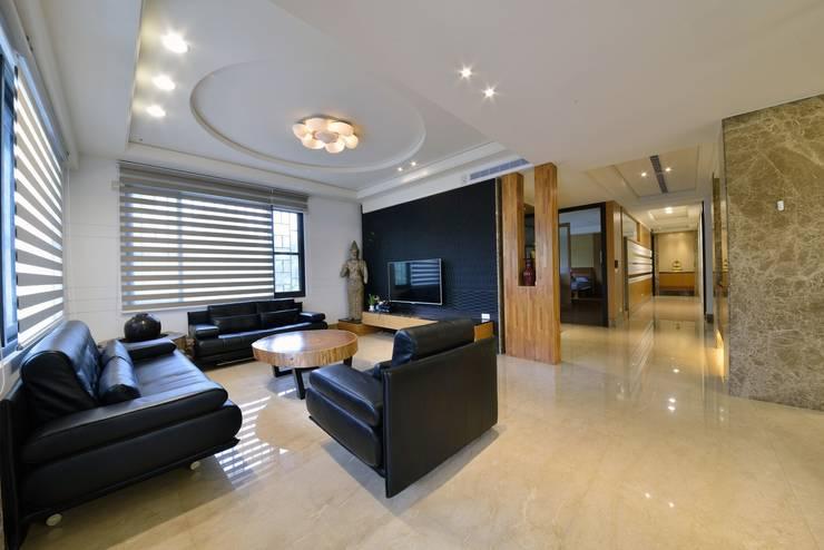位於二樓的客廳:  客廳 by 台中室內建築師|利程室內外裝飾 LICHENG,