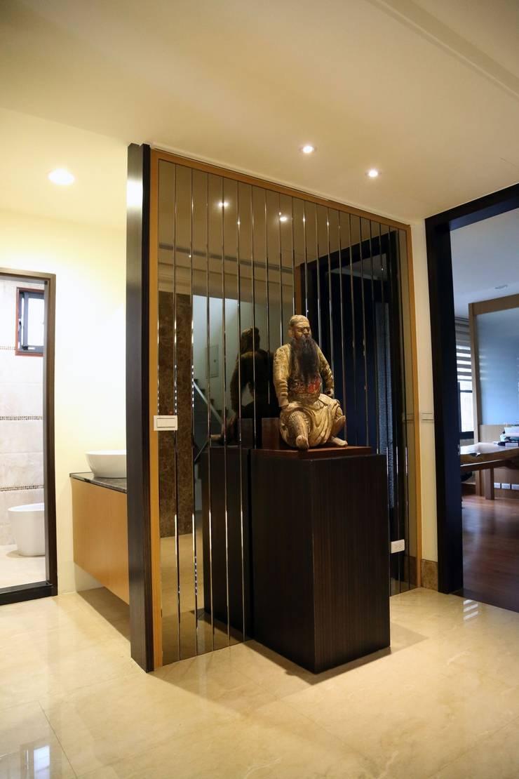 二樓廊道擺設了伽藍菩薩像,並將盥洗空間分隔:  走廊 & 玄關 by 台中室內建築師|利程室內外裝飾 LICHENG,