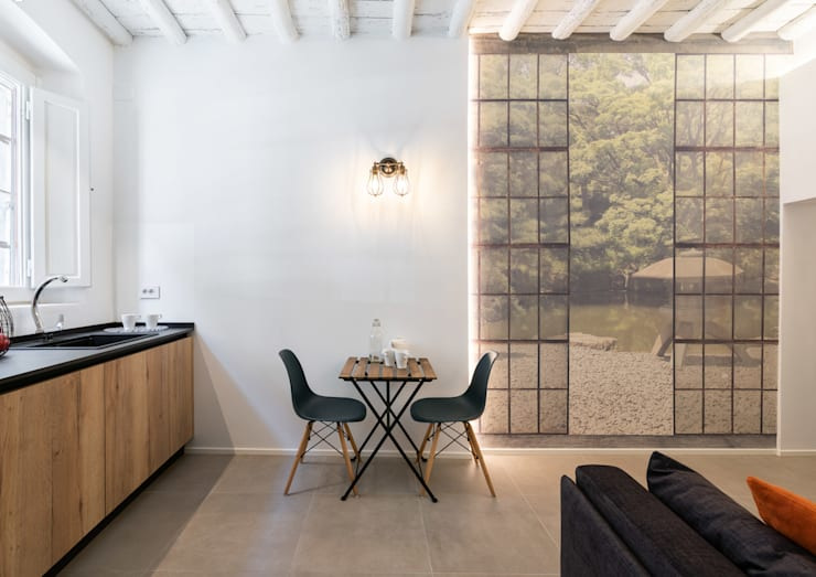Dettaglio tavolino con carta da parati stile giardino giapponese: Sala da pranzo in stile  di B+P architetti