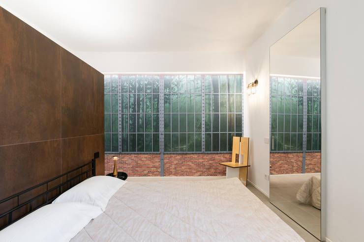 Dettaglio carta da parati con bosco toscano: Camera da letto in stile  di B+P architetti