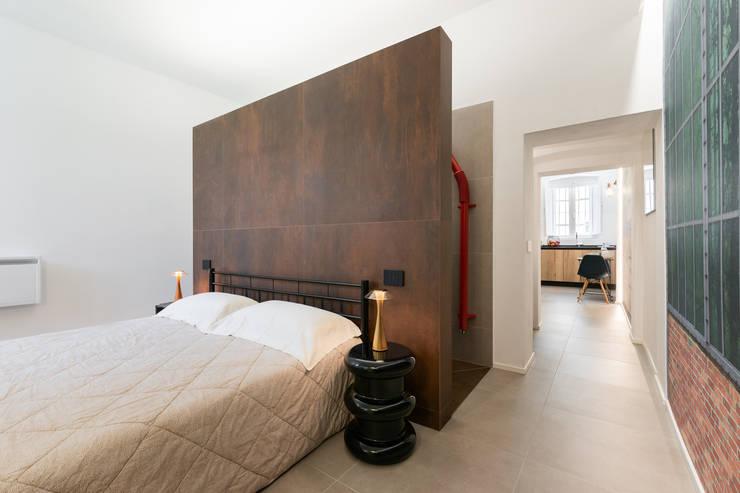 Testata che divide zona giorno da zona notte: Camera da letto in stile  di B+P architetti