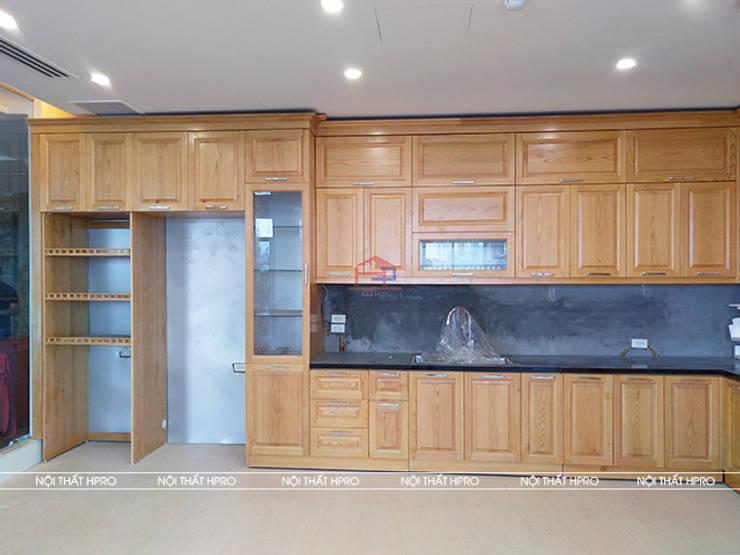 Ảnh chụp thực tế bộ tủ bếp gỗ sồi nga kèm tủ rượu nhà anh Nam - Hoàng Quốc Việt:  Kitchen by Nội thất Hpro,