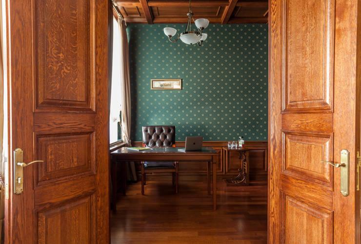 書房/辦公室 by Студия дизайна интерьера Татьяны Лазурной, 古典風