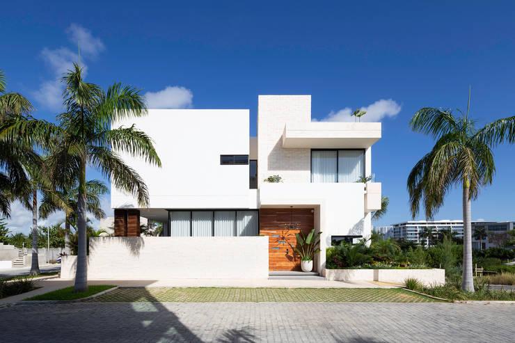 Single family home by Daniel Cota Arquitectura | Despacho de arquitectos | Cancún, Modern Concrete