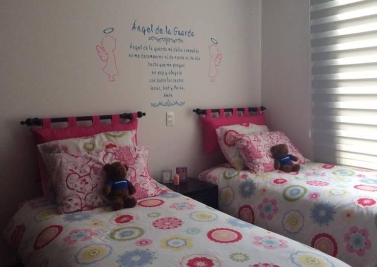 Alcobas Niñas: Habitaciones para niñas de estilo  por KAYROS ARQUITECTURA DISEÑO INTERIOR,