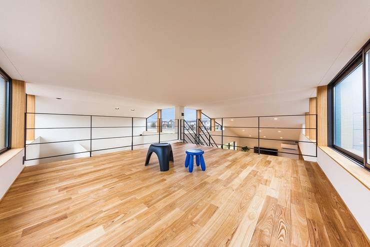 Loft: STaD(株式会社鈴木貴博建築設計事務所)が手掛けた寝室です。,