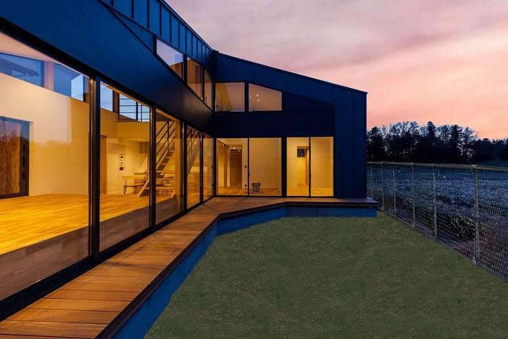 External Apperance(Night View): STaD(株式会社鈴木貴博建築設計事務所)が手掛けた家です。,