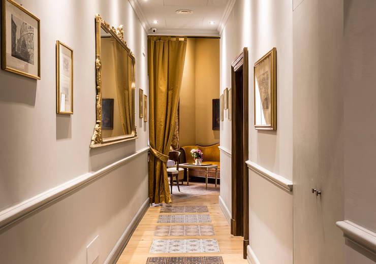 Corridor, hallway & stairs by ARTE DELL' ABITARE
