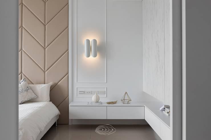 水波 ‧ 靜謐:  臥室 by 層層室內裝修設計有限公司,