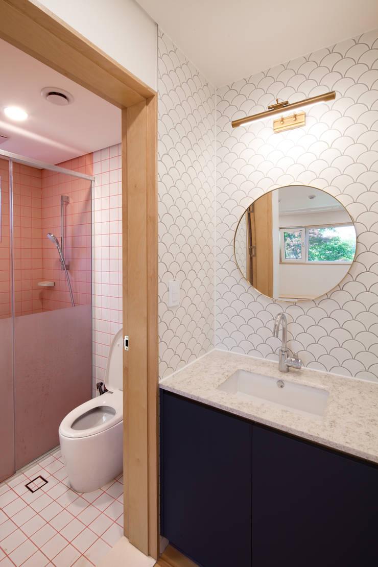 1층 화장실 : 위드하임의  욕실,