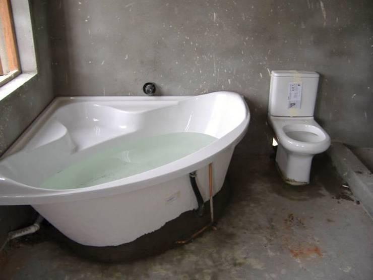 Bathroom renovations:  Bathroom by Aquarian Projects,