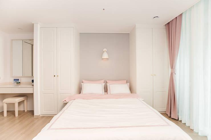 침실: 아뜰리엔느 홈스타일링의  침실,