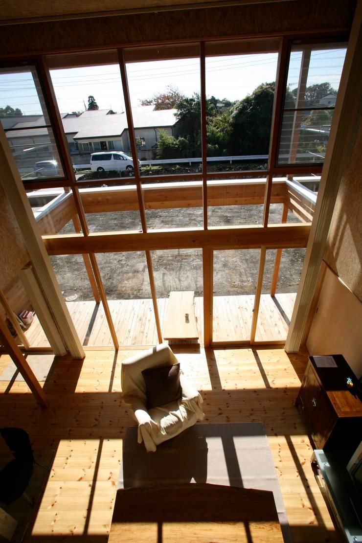 木製カーテンウォール: 株式会社高野設計工房が手掛けたリビングです。,